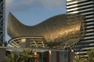 fish sculpture Barcelona (16 images)